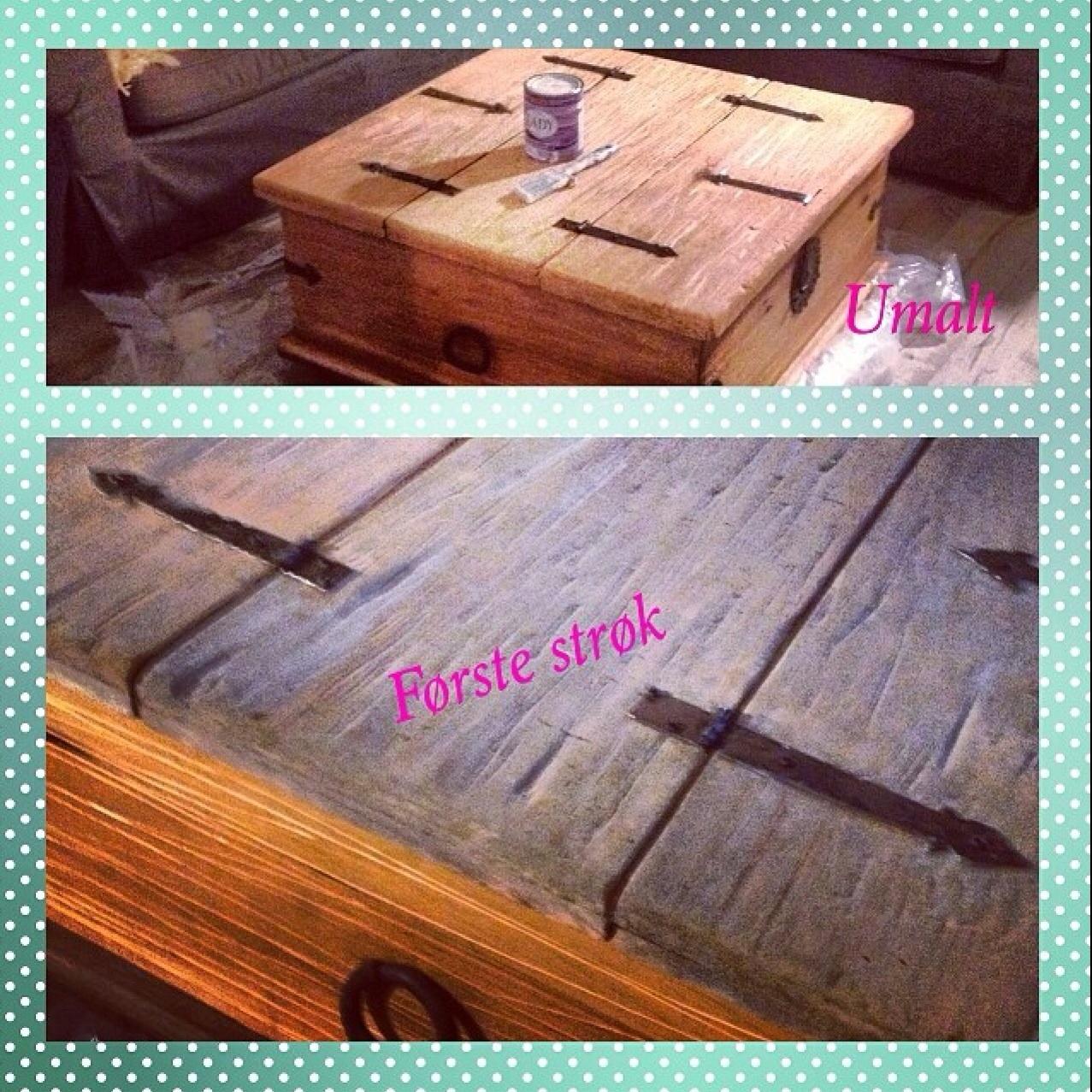 Gammelt kistebord, som er blitt herpet, hakket og rubbet i....