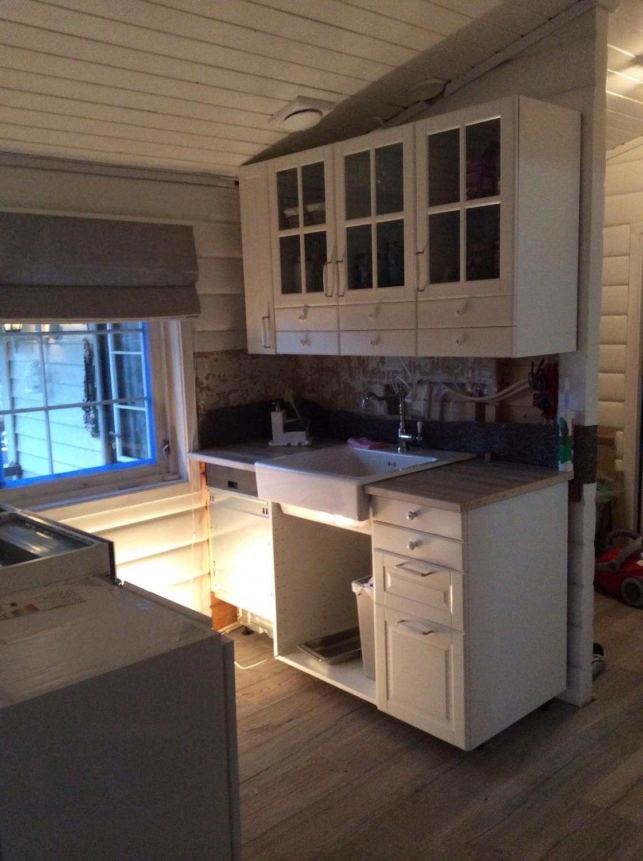 Vasken og benkeplaten er på plass
