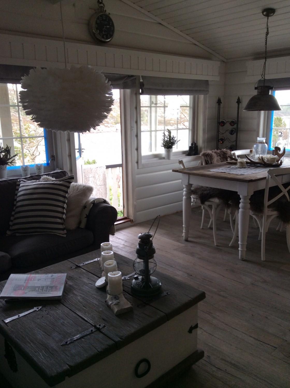Spiseplass... Rekvedbord kjøpt på Living, fjærlampe fra vita eos, som gir et lurt lys... Nesten som en varm sky ;)