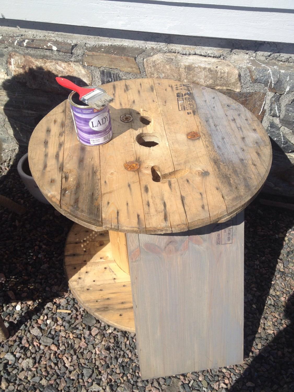 Malt et trommelbord med lady interiørbeis ( matt) og limt på båt tau rundt