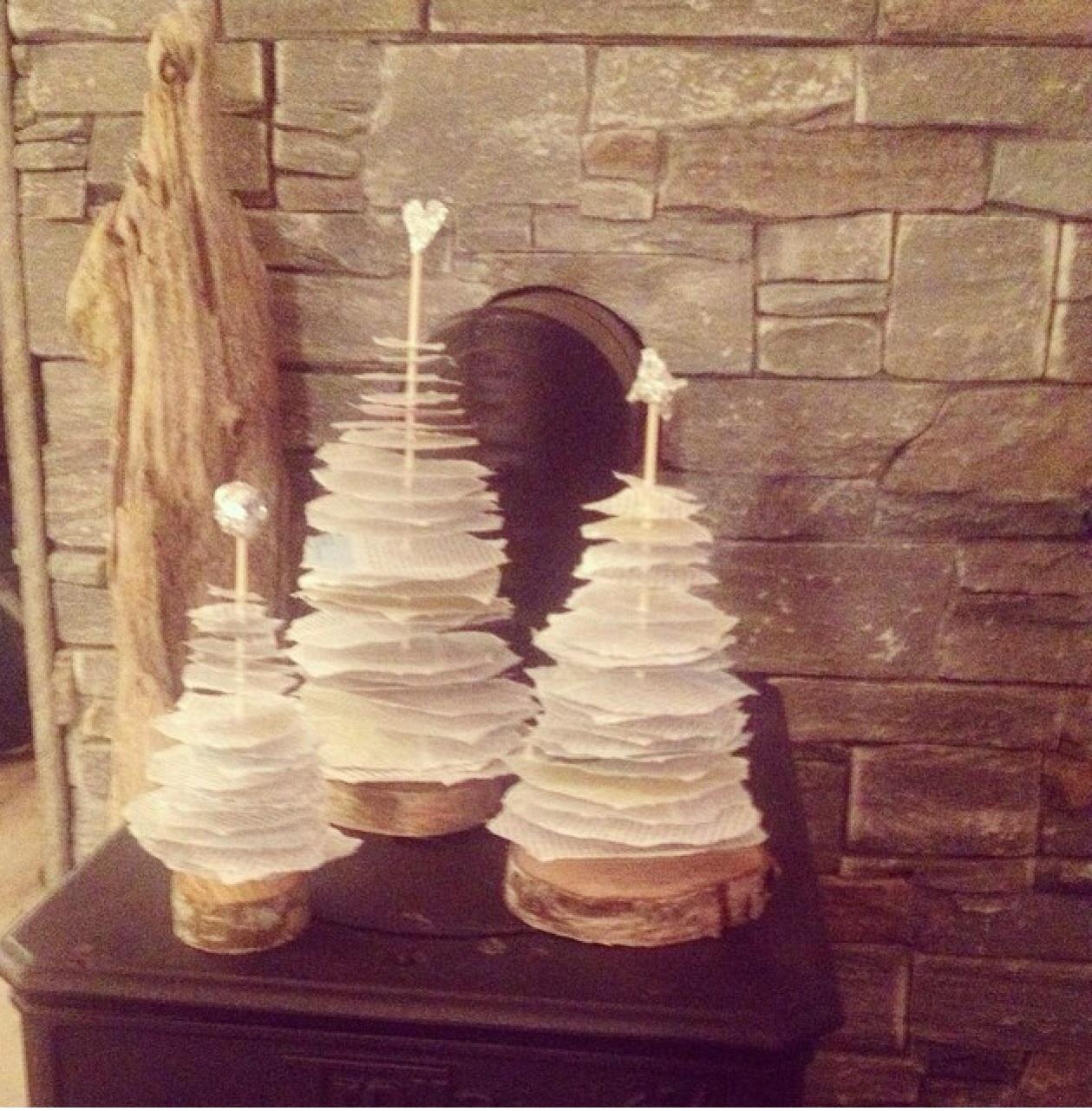 Dekorative juletrær laget av ( har det selv materialer) rund vedkubbe, grillpinner og en bok