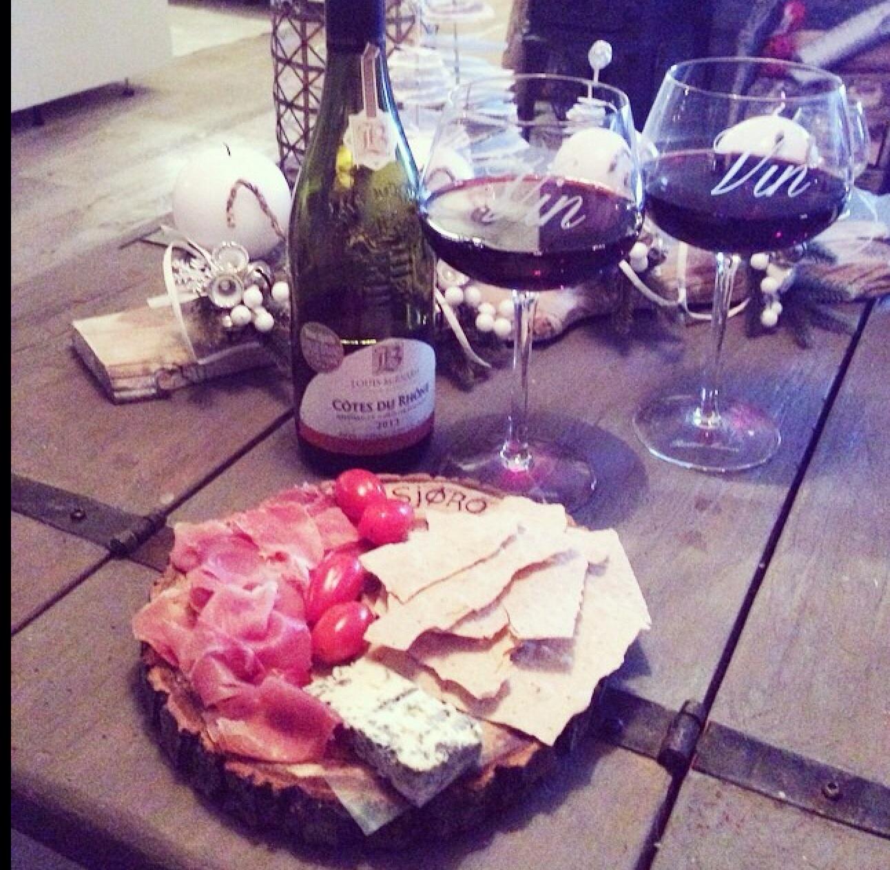Seranoskinke, royal blue og flatbrød og rødvin