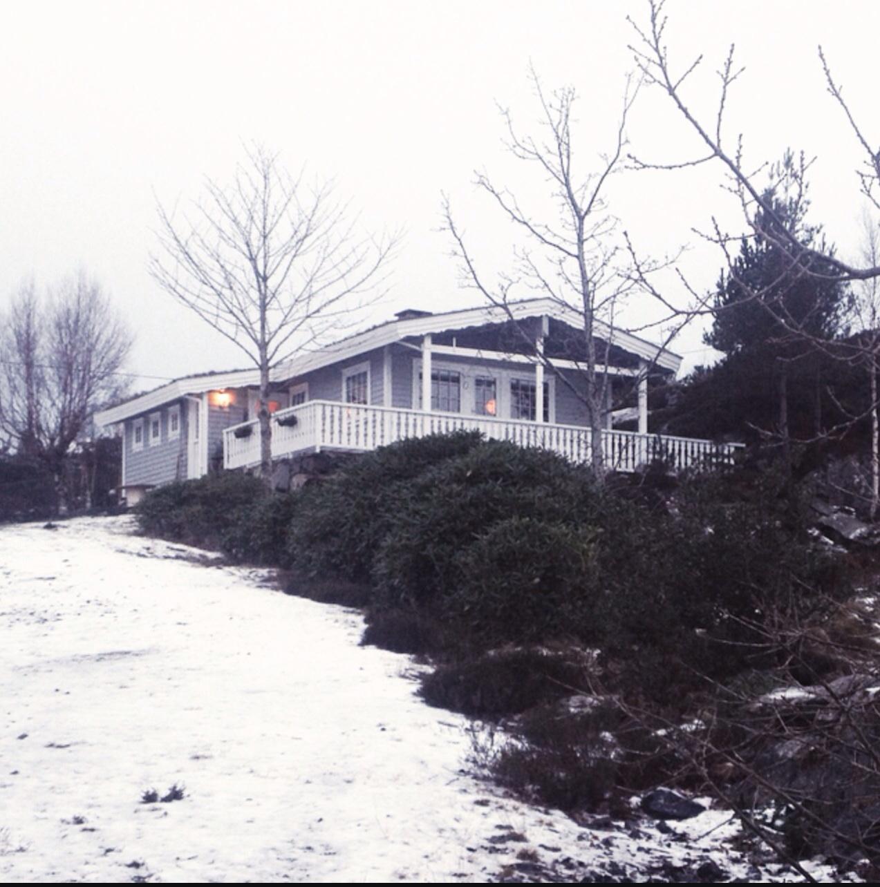Fikk litt snø på hytta, litt surt og kaldt så derfor ble det innekos hele helgen