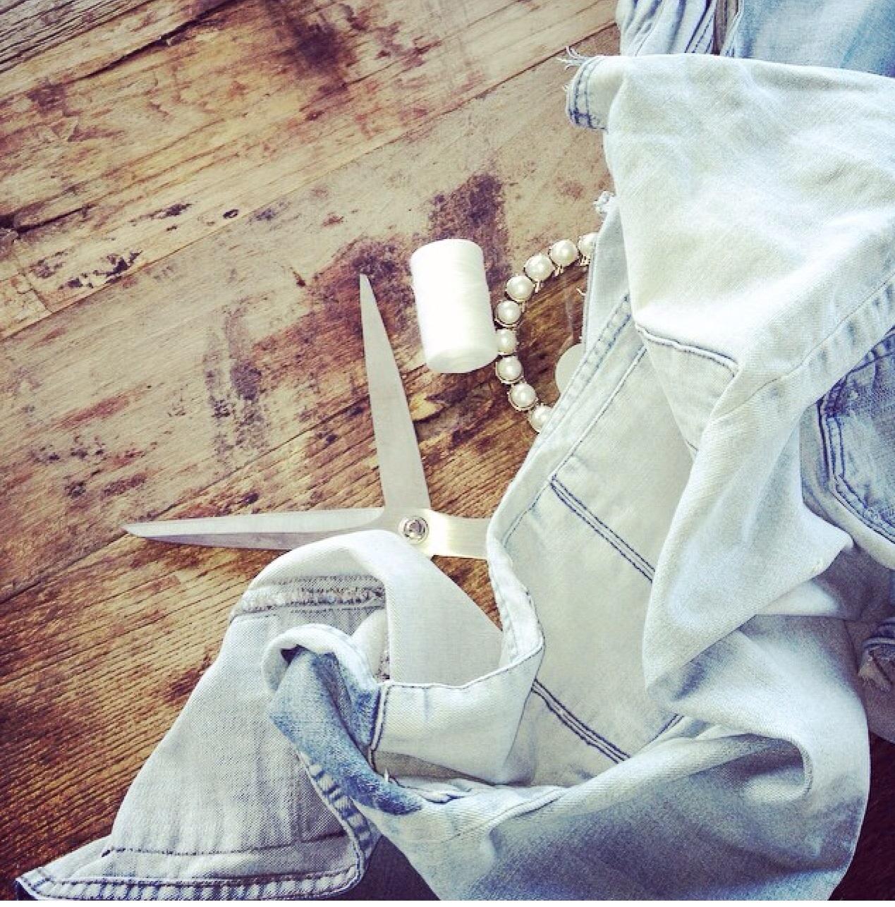 Jeg klippet like godt opp noen bukser og sydde sammen til en pute... Er IKKE noe syerske og har heller ikke noe tålmodighet til sying!