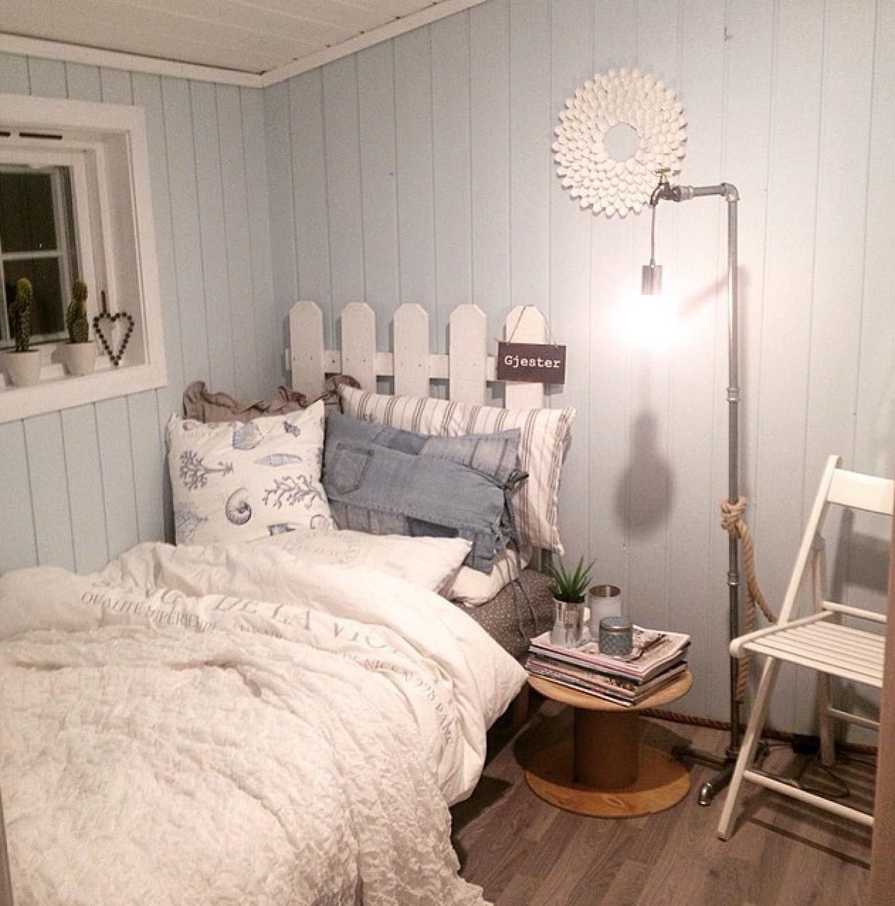 Fargen på veggen heter || Sval sjø || den virker litt mint når det er mørkt ute, og lyseblå på dagen ;) trommelbordet skal jeg male i samme farge som veggen, og kle bordplaten med gammel plank fra 1905